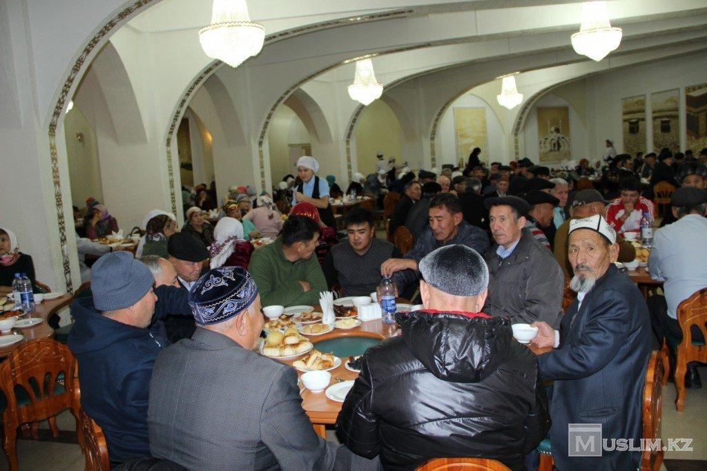 Праздничный стол мечеть Омар Аль Фарук Павлодар