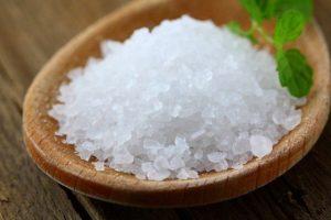 Одним из наиболее необходимых для человеческого организма минералов считается каменная соль или галит. Образуется галит исключительно осадочным способом из природных рассолов путем кристаллизации. Довольно часто природная соль осаждается в морских заливах при испарении воды. При общем количестве жителей планеты ежегодное потребление галита составляет около 7-ми миллионов тонн. В некоторых странах соль считается бесценным продуктом.